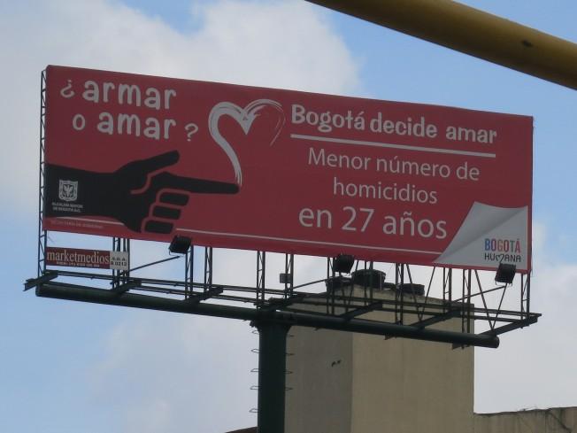 En inglés: 'Arm or love? Bogotá chose love. Lowest number of murders in 27 years.'